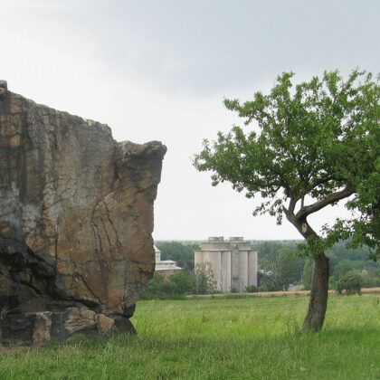 Lech's stone and tree, photo by Šárka Buriánková